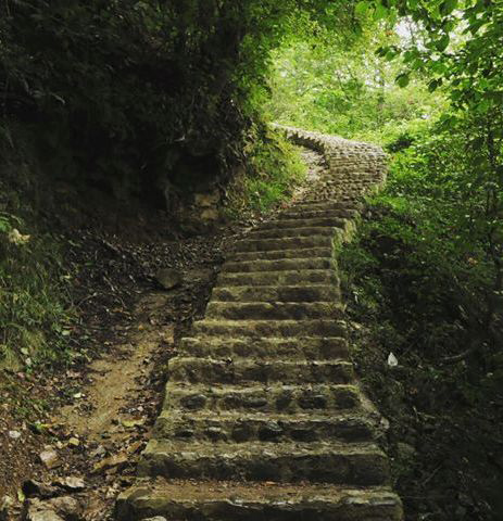 پلههای برای رسیدن به آبشار