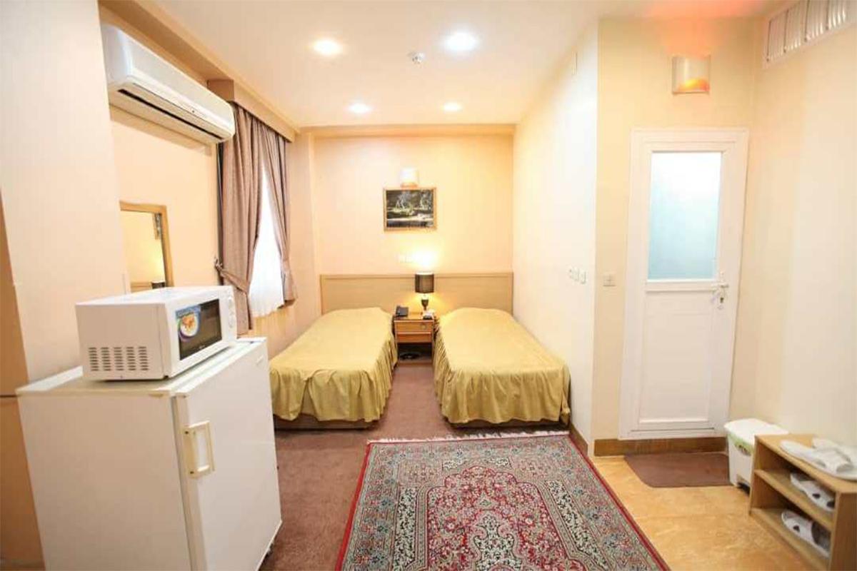 سوئیت دو نفره با دو کاناپه تختشو در هتل ساسان شیراز