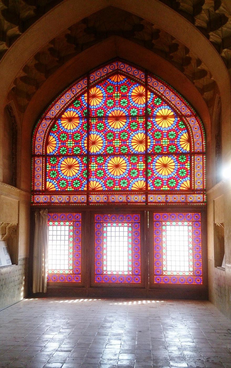 پنجره با شیشه رنگی در ارگ کریم خان زند