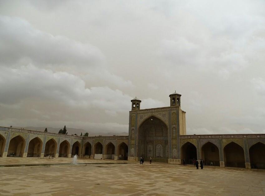 حیاط مسجد وکیل