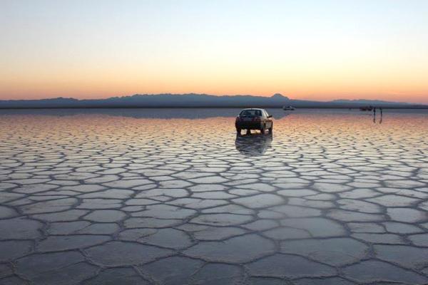 خودرو در دریاچه نمک خور