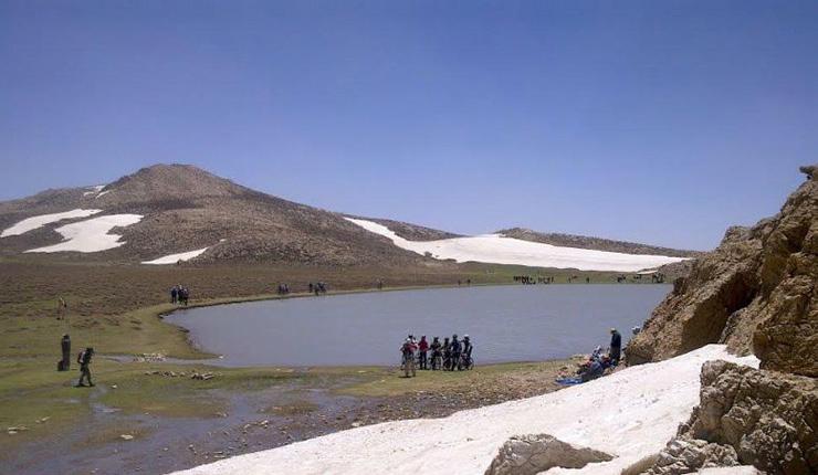 گردشگران در کنار این دریاچه
